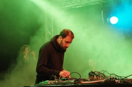 """Escucha el new disco """"Jag Trax"""" de Gold Panda bajo el nombre de DJJenifa"""